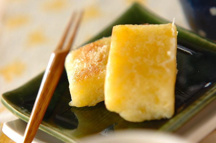 こちらは、さつま芋で作るきんつばのレシピです。優しいさつま芋の甘さをじっくり味わえる和菓子。日本茶を合わせていただきましょう。中の素材は、さつま芋と砂糖、上新粉だけでOK。一度蒸してから、衣を付けて焼いて仕上げるのがポイントです。
