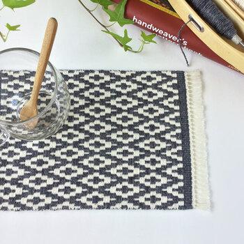 ランチョンマットより少し小さめの、北欧柄おやつマット。手織りのマットは、それだけで食卓がほっこりします。食卓やリビングがちょっと殺風景だと感じたり、食卓に季節感を演出したりしたいときにも手織りは活躍してくれそう。
