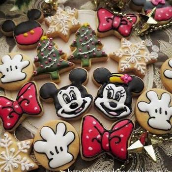 ミッキーとミニーも、キャラクターでははずせませんね。リボンや手袋など小物もアイシングを施して、ギフトボックスにしてみたり。楽しいクリスマスになりそうです。