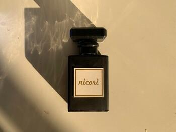 香水としても使われることの多い香り豊かな金木犀の香りをおうちでも簡単に楽しみたいなら、ファブリックスプレーがおすすめ。天然精油100%使用のそのままの香りが、うっとりとリラックスできる上質な時間に浸れます。