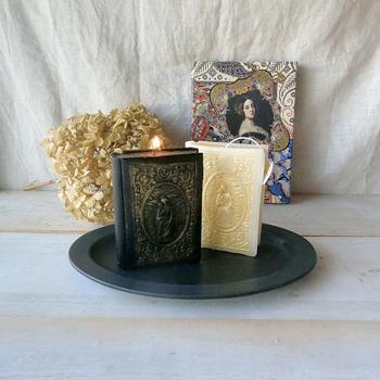 冬の夜に寄り添ってくれるようなアンティークな聖書をモチーフにしたキャンドル。ブラックは深みのあるシダーウッド、ホワイトはオリエンタルなジャスミンと、どちらも寒い季節にぴったり。