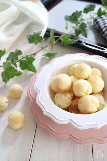 ポンデケージョは、おうちで手作りすることもできるんですよ♪じゃが芋と米粉を入れた、もちもち食感のレシピです。卵を使わないので、卵を避けたいお子さまのおやつにも参考にしてみてください。下準備をしておけば、30分で作れちゃいます♪