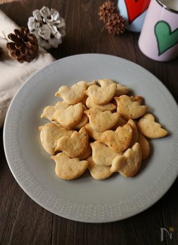 こんなにかわいらしいクッキーが里芋で作れるなんて素敵ですね♪里芋はやわらかくなるまで茹でてからマッシュしますが、市販の水煮でもできますよ。砂糖を使わず、メープルシロップで甘さを付けた優しい味わい。硬めのクッキーなので、よく噛んで食べればお腹も満足です♪