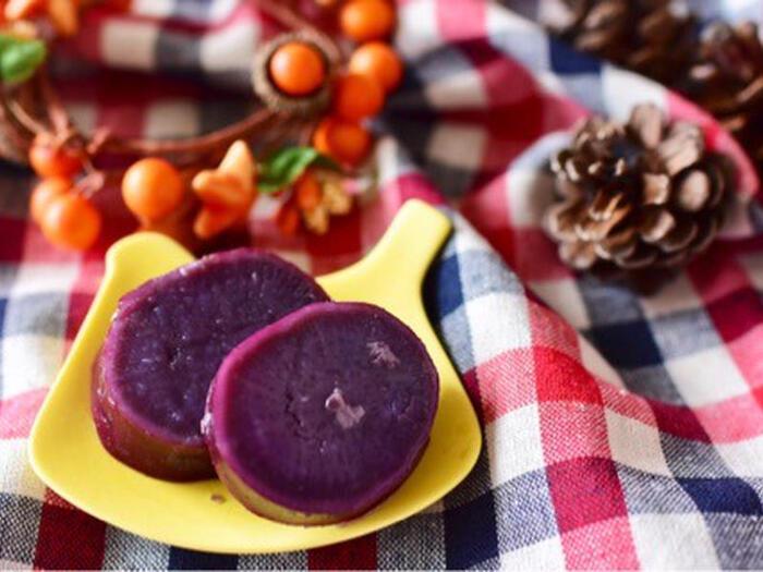 紫芋はただ甘く煮るだけでもおいしいおやつになります。キレイな色で食べるのもワクワク♪こちらは、はちみつと塩麹を使って煮ています。紫芋の自然の甘さを生かした味付けにするのがおすすめ。おやつのほか、お弁当のおかずなどにも使えます♪