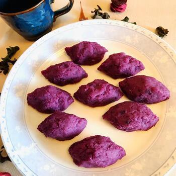 スイートポテトも紫芋で作るとがらりと雰囲気が変わります。紫芋を茹でたり蒸したりしてマッシュしたら、材料を混ぜて焼くだけ。豆乳やきび砂糖を入れた優しい味わいで、卵は不使用です。トースターやグリルなど、使い慣れた調理器具で焼けるのも嬉しい♪