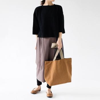長めの持ち手のため肩に掛けても使いやすく、丈夫で重いものを入れても安定感もあり、しかもフレンチリネンは使い続けるうちに生地がやわらかくなり、味わいが増し使い心地もさらにアップします。しかも、リバーシブルなのでその日の気分やファッションに合わせてカラーを選べる2倍お得なトートバッグです。