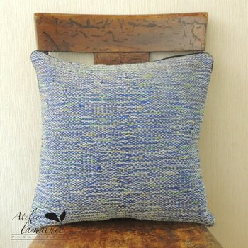 着物地を裂き織りでリメイクしたクッションカバー。手織りでしか表せない温かく絶妙な色合いで、椅子に乗せておくだけで絵になります。