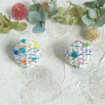 手織り布で作ったくるみボタンのイヤリング。手織りは小さな端切れも無駄にできませんね。