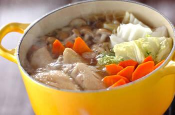 コラーゲンたっぷり!手羽先がメインのお鍋です。野菜もたっぷり加えて煮れば、トロトロあんの美肌鶏鍋が味わえます。食べた翌日には、お肌がプルプルになっているかも。手羽先から出るダシが野菜に染みて絶品です。