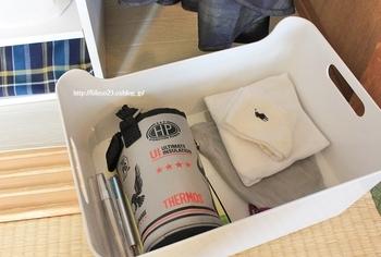靴下や連絡帳、水筒カバーなど、毎日持っていくものは1つのボックスにまとめて。定位置を決めておくことで朝の準備がスムーズになり、忘れ物も防ぐことができます。