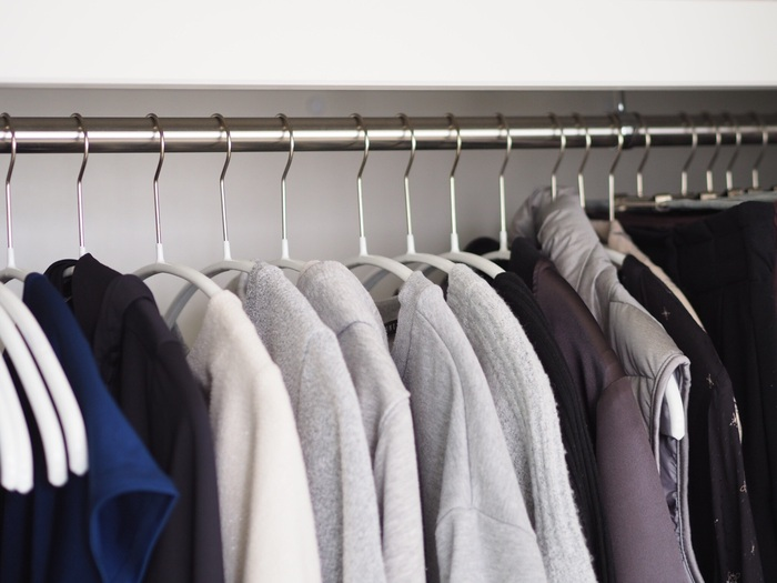 洗濯物を干す時のハンガーをそのままクローゼット用に使うことで、ハンガーを取り替えたり服を畳んだりする手間が省けます。衣類の畳む収納を減らして、吊るす収納をメインにすることでできる時短方法です。収納システムを作ってしまえば、毎日の洗濯がぐんと楽に。