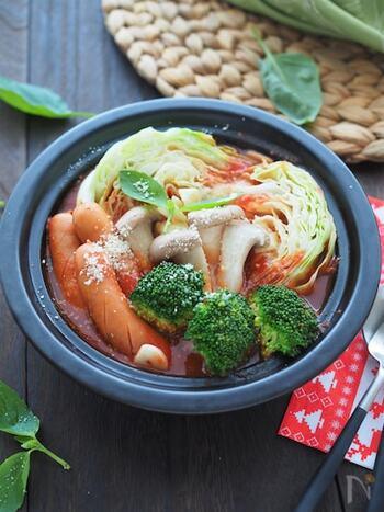 イタリアンな気分の日にはこれ!トマトベースの野菜たっぷりイタリアン鍋です。トマトのスープとキャベツやブロッコリー、ソーセージなどの洋風食材と相性抜群。〆にはショートパスタとチーズがおすすめなのだそう。お好みで粉チーズとバジルをかけて召し上がれ♪