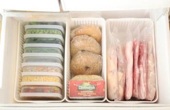 買い物を減らすためにも活用したいのが冷凍庫。食品を冷凍してストックしておけば、急いで買い物に行かなくても食事の用意ができます。冷凍庫は隙間なく詰めた方が効率がいいので、肉や魚、野菜やパンをたくさん入れておくといいですね。