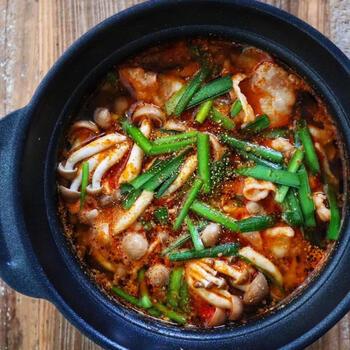 真っ赤なスープが辛さを演出!旨辛さが魅力の火鍋です。豚バラときのこに味が染みて美味~♪キャベツやもやしを加えても美味しく楽しめますよ。もっと辛さが欲しい方は、ラー油や山椒でお好みの辛さに調整して。