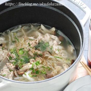 コク深い味がたまらない、豚肉ともやしのガーリック塩バター鍋です。ニンニクの香りが食欲をかき立てます。レタスやコーンを加えてもおいしそう。〆にラーメンを入れても◎スープは最後の一滴まで飲み干せるおいしさ♪