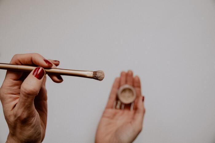 口紅を塗り終わったら、フェイスパウダーを軽くはたいておくと色持ちが良くなり、マスクにも付きづらくなります。フェイスパウダーをつけることで、マスクと口紅の摩擦が軽減されるためです。  ブラシでつけると、口紅の色がついてしまうことがあります。コットンを裂いて、ふわふわの面を使ってフェイスパウダーをはたけば、使い捨てることもでき、衛生的です。