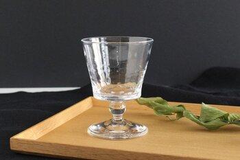 ストレートタイプの器は、口に含んだ時の印象や立ちのぼる香りにあまり影響を与えないため、お酒本来の味わいを最もダイレクトに感じられる器。ただし香りが逃げやすい形なので、お酒の香りではなく味わいを中心に楽しみたい時に使うのがおすすめです。