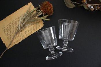 ガラスは、味も香りも感じない、お酒に対してはニュートラルな素材です。味わいにも影響を与えないので、よいお酒も悪いお酒も、ストレートに本来の味を届けてくれるのが特徴。そのため繊細な味わいのお酒を入れて、その繊細さを味わうような場合にも使うことができます。利き酒をしたい時にもガラスの器が最適です。
