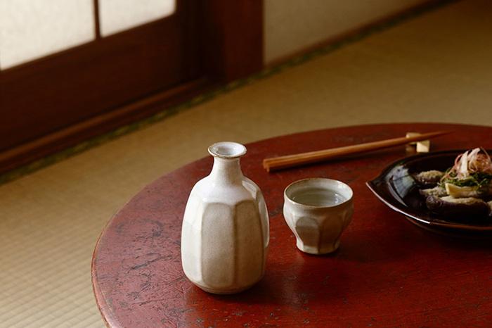 陶器や磁器は器に厚みが出ることが多く、口当たりに大きくかかわる素材。また素材によっても印象が異なり、土で作られる陶器はあたたかな雰囲気。釉薬の有無、塗りの違いなどを、お酒を飲みながら肌で感じられるのも楽しみのひとつです。つるつるとした表面を持つ磁器はお酒がなめらかな印象になり、また違った味わいが楽しめます。