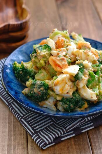 ゆで卵、かつお節、すりごまとコク出し食材を加えて、ごはんのおかずとしてもしっかり食べられるサラダに。お弁当にもおすすめです。