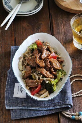 お肉のように見えるのは、大豆でできた「豆腐ミート」。焼肉味のがっつり感とたっぷりの野菜に、お箸が進みそうな一品ですね。