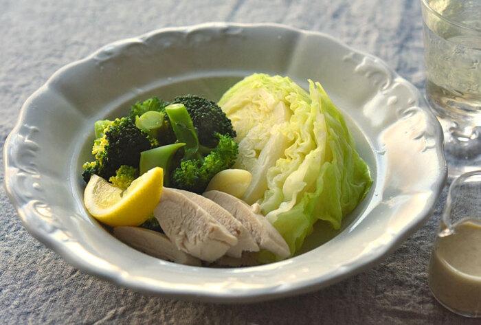 フライパンで具材を蒸すだけの、シンプルで滋味深い温サラダ。胃に負担をかけたくないときでもたっぷりの野菜を摂れそうです。