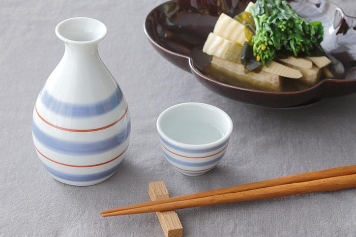 お湯やレンジで湯気が立つほど温めた日本酒は、温度が高い順から「飛び切り燗」「熱燗」「上燗」と呼ばれます。温度にムラができるとおいしさに影響が出てしまうため、均一に温めるために、少しずつ温かさが伝わる陶器や磁器の徳利を使うのがおすすめ。徳利にはくびれがあり、一度温まれば熱が逃げにくいので、お猪口で少しずつゆっくり楽しみたい時にも向いています。その性質を利用して、冷酒を楽しむのにも使われます。