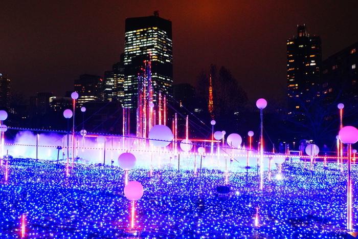 東京ミッドタウンで開催される「MIDTOWN WINTER LIGHTS(ミッドタウン・ウィンター・ライツ)」は、緑豊かなミッドタウン・ガーデンが美しいイルミネーションに彩られる冬の人気イベント。東京タワーや周囲のビルに溶け込んだ光の世界は、六本木らしい華やかさに満たされます。