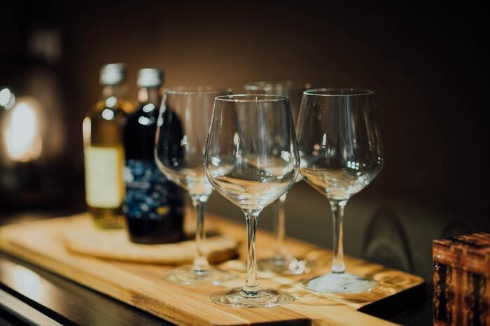 お椀タイプの器は、お酒が空気に触れる面が大きいため、味わいも全体的にまろやかになり、熟成感を感じさせてくれます。香りも比較的よく立つので、香りと味わい、どちらもしっかりと感じたい時におすすめ。時間の経過による味わいの違いを楽しむのにも向いていて、ワインや熟成感の強い日本酒などを飲む時にぴったりです。