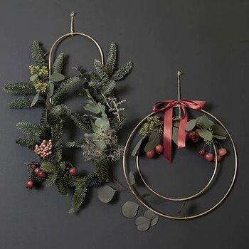 次におすすめしたいのがこちらのferm LIVINGのデコフレーム。真鍮素材の3つのサークルのセットといった商品なのですが、このサークルにお好きなグリーンや赤い実などを絡ませるだけで、簡単に素敵なクリスマスのリースができてしまいます。もちろん使い方は自由。3つを重ねてもよし、バラバラで吊るしてもよし、真鍮のサークルのままでもシンプルなオブジェになります。クリスマス以外にも季節のお花を飾ったり、お正月飾りとして使ってもいいですよね!
