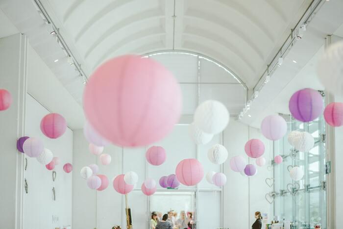 もし会場がOKだったら、天井の方の空間もデコレーションしてみてください!華やかさ、明るさがグッとUPしますよ♪こちらはピンク系、白のバルーンで優しく可愛らしい雰囲気に。自分たちの結婚式のテーマカラーとバルーンの色味はなるべく合わせた方がおしゃれにまとまります。