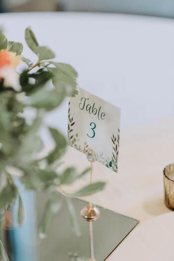 こちらのようにテーブルナンバーを紙に印刷して、おしゃれなメモホルダーで挟んだだけでも華やかな存在感に♪メモホルダーのデザインや、ナンバーを入れるフレームなどによっても大きく雰囲気が変わってきますね。披露宴のテーブルコーディネートに合わせたデザインを選んでみましょう。
