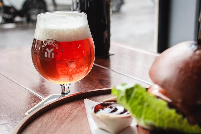 IPAやスタウトなどが含まれる、エールビール。苦みが強いもの、フルーティーな香りがするものなど種類によって味わいは様々ですが、共通しているのは豊かな香りです。器を選ぶ時には、この香りがしっかり味わえるよう、底が丸く口が狭まっているものを選びましょう。ラガービールのように縦長の器を選ぶと、香りが逃げてビール本来の味わいを楽しめなくなってしまうのでご注意ください。