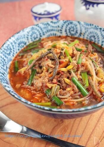 赤いスープが食欲をそそるユッケジャンクッパ。唐辛子粉やコチュジャンを使って本格的な美味しさに仕上げています。お肉と野菜がたっぷりなので、これ一杯で栄養バランスも◎