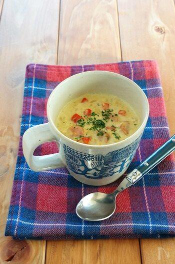 豆乳ベースのカレー風味のスープごはんは、マグカップに材料を入れてレンジで加熱するだけ。ほんのりスパイシーで粉チーズを多めに振るととろみが付いて美味しさアップ!小腹が空いたときに簡単に作れますね。