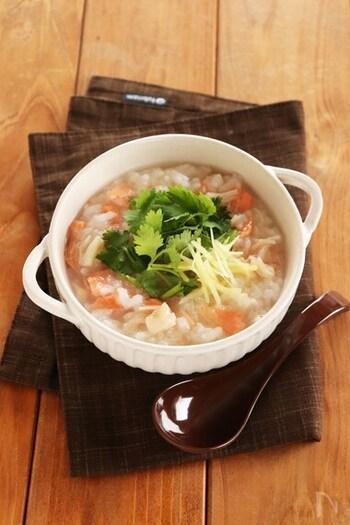 魚介の風味の中華風おかゆです。鮭は食べやすいように身をほぐし、ホタテ缶は汁ごと使うことで旨味のエキスたっぷり。仕上げに黒酢をかけると、味が引き締まります。