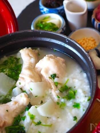 お米を鶏肉と一緒にじっくりと煮込んで作るおかゆ。鶏手羽元を使うことで鶏の旨みが引き出されます。香菜やニンニク、ラー油などをプラスするとさらに美味しい!ホロホロのお肉を崩しながら一緒に召し上がれ。