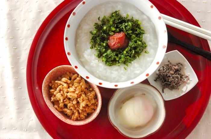 お米から作るシンプルなおかゆは、トッピングで味の変化を楽しみましょう。鶏そぼろと大根の葉の塩もみ、塩昆布、温泉卵など、組み合わせ次第でシンプルなおかゆも楽しく飽きずに食べられます◎