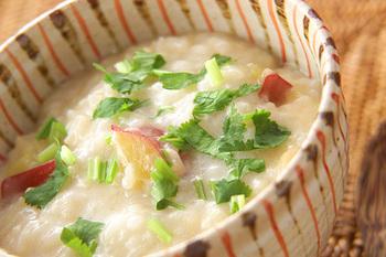 ココナッツ風味のエスニック風のおかゆは、お米からココナッツミルクでコトコトと煮込んで作ります。醤油を隠し味で加えて、全体をまとめればできあがり。仕上げにパクチーをトッピングすればアジアンな美味しさに。
