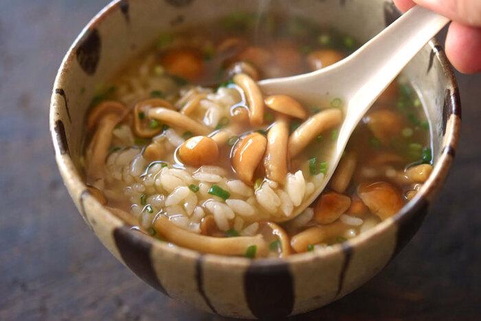 独特の食感を活かすため、具材はなめこと薬味だけ、そして、ごはんは水で洗ってぬめりを取っておくのがポイント。隠し味にしょうがを加えて、つるっと美味しい冬にぴったりの和風雑炊です。