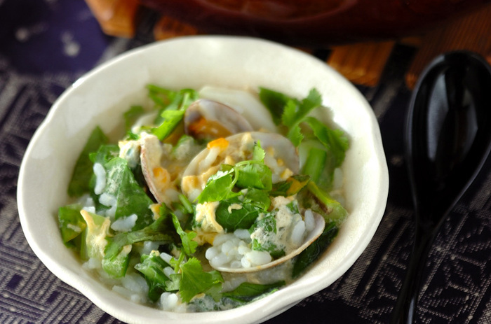 旬のカブをたっぷりと味わえるアジアン風雑炊は、アサリの出汁がよく染みたごはんがたまりません。いつもなら捨ててしまうカブの葉も新鮮なものが手に入ったら、ぜひ一緒に使いましょう。パクチーとナンプラーをプラスすれば、あっという間にエスニックテイストに♪