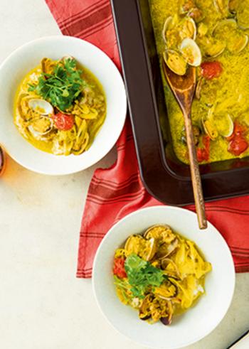元気が出そうな黄色のスープごはんは、あさり、豚ひき肉、プチトマトなどの具材がたっぷり入っています。カレー粉や練りごま、ナンプラーなどで味付けし、スープを作ってごはんにかければできあがり。スパイシーな味わいで、パクチーが爽やかに香ります。