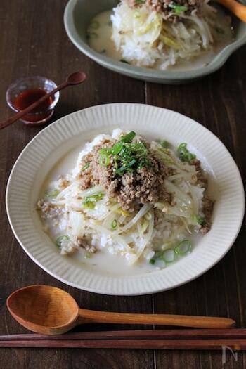 豚ひき肉、白菜、もやしのスープをごはんにかけて。味噌やオイスターソースを使って坦々スープに仕上げています。愚材を炒めて煮込むだけなので簡単。ラー油をかけるとピリッとしてさらに食が進みますよ!