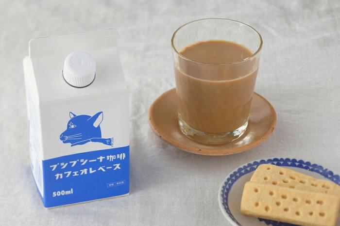 プシプシーナ珈琲の「カフェオレベース」は、コーヒー豆と甜菜糖だけで作られたとってもシンプルなカフェオレベースです。ミルクと1:1で割だけで、優しい甘さの本格的カフェオレができあがり。ブルー×ホワイトの爽やかなカラーリングと猫の横顔デザインパッケージがおしゃれです。