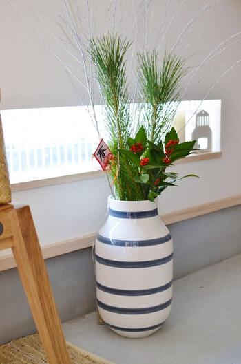ケーラーのオマジオフラワーベースに、若松や南天、シルバーの枝ものなど、お正月らしい植物をバランスよく生けています。普段使いしている花瓶でもシンプルなデザインを選べば自然とマッチします。