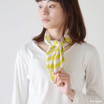 例えばこちらは、夏の季語に使われている「菱の花(Hishi-no-Hana)」という、夏に咲く白い花をモチーフにしたデザイン。中心が黄色で四弁が白い、菱の花の色合いを生かし、柄は「入子菱」の文様をモチーフにしています。明るくさわやかな色合いは、夏のスカーフにも素敵です。