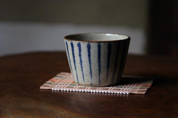 もう手に入れることができない希少な月桃紙を贅沢に使用し、重要無形文化財に指定されている首里織の美しい文様が見事なコースターはリバーシブル仕様なので、食卓の雰囲気やメニューによって裏表使い分けができます。