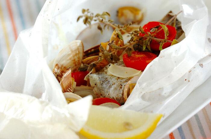 魚や野菜を閉じ込め、うま味を引き出す包み焼き。イタリアにも日本と同様の料理があり、カルトッチョ(紙包み焼き)と呼ばれています。お手頃なイタリア産の白ワインが手に入ったら、料理もイタリアのものに合わせてみましょう。作り方は簡単、旬の魚と貝、そしてお好みの野菜にオリーブオイルと白ワインをかけ、紙で包んでオーブンに入れるだけ。このレシピではアサリと旬のタラを使っていますが、入れる食材はなんでもOK。魚介と野菜の凝縮されたうま味で、ワインを飲み進める手がとまりません。