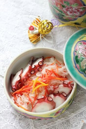 おせち料理としても親しまれているなますは、甘酸っぱい味わいで、根菜をたっぷり使っているのが特徴。あっさりした日本酒や焼酎にも合いますが、甘さや酸味を感じる白ワインにもぴったりなのをご存じでしたか?今年はおせちにワインを合わせて、一味違ったお正月にしてみましょう!こちらのレシピではなますにタコを加えており、食べ応えも抜群。ゆずのさわやかな香りが、フルーティーなワインの香りを引き立ててくれます。