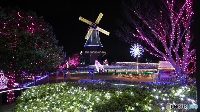 """「光がつくる""""Art""""水郷桜イルミネーション」は土浦市の霞ヶ浦総合公園で開催される人気のイルミネーションです。イベントのシンボルとなるのは、高さ25m・羽根径20mの巨大なオランダ型風車。他ではあまりない回転するイルミネーションが夜空を大きく彩ります。"""